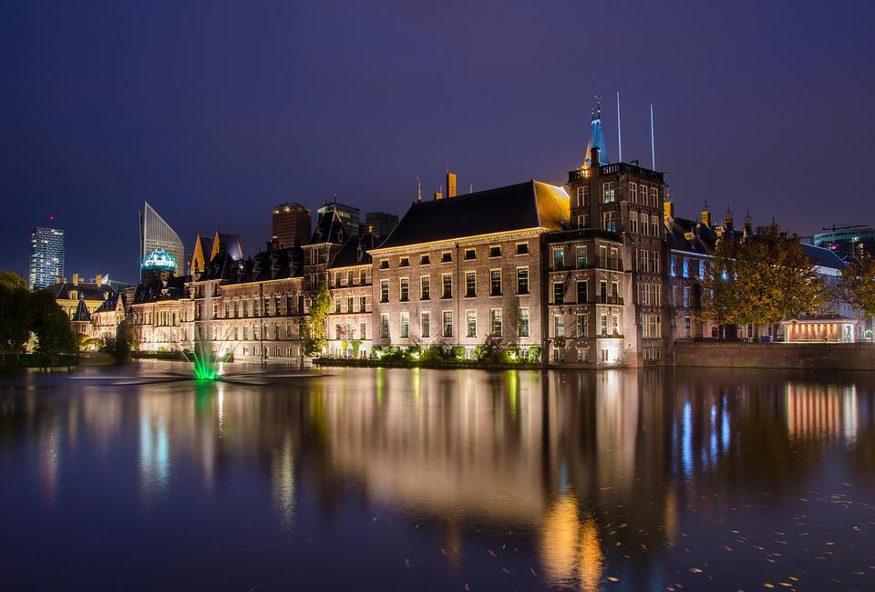 Amsterdamse burgemeester moet eens in Den Haag gaan kijken.
